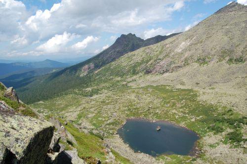 Вид на озеро Сказка с перевала Сказка. Ергаки