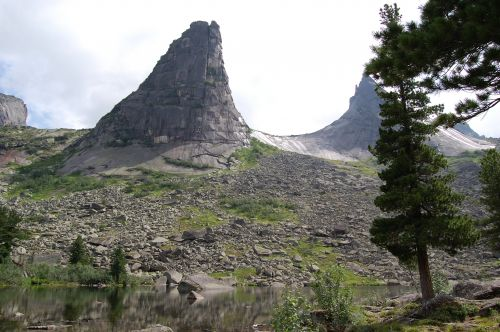 Вид на перевал Парабола с озера Художников. Ергаки