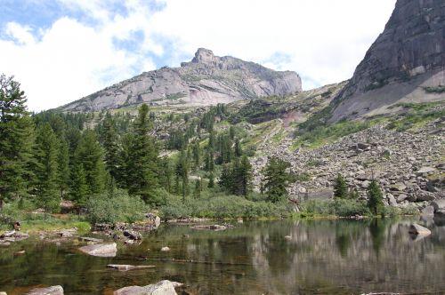 Вид на подъем к озеру Горных Духов со стороны озера Художников. Ергаки