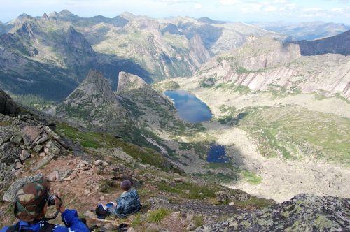 Вид с перевала Птица в сторону озера Горных Духов и перевала Парабола. Ергаки